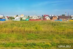Разное. Курган, поле, трава, лето, частные дома, частный сектор, крыши домов