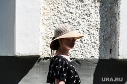 Судебное заседание по административке по отцу Сергию. Верхняя Пышма, дама в шляпе, жара, солнечная погода, лето в городе