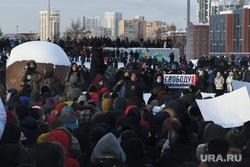 Несанкционированный митинг в поддержку оппозиционера. Екатеринбург, город екатеринбург, октябрьская площадь, несанкционированная акция, свободу навальному, плакат, толпа людей