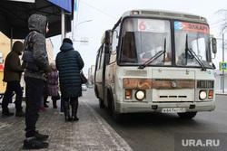Виды города. Курган, автобусная остановка, автобус, паз, ожидающие автобус