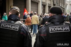 Коммунисты из КПРФ во подают обращение в администрацию президента. Москва, коммунисты, полиция