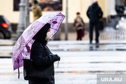 Екатеринбург во время пандемии коронавируса COVID-19, зонт, зонтик, медицинская маска, город, защитная маска, дождливая погода, улица, дождь, общественное место, маска на лицо, коронавирус