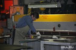 Игорь Холманских на Курганском автобусном заводе, рабочий, охрана труда, береги руки, производственная безопасность