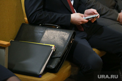 Визит врио губернатора Шумкова в Звериноголовский район Курган, портфель, папка для документов, телефон в руке