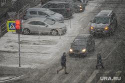 Снегопад. Челябинск, светофор, снег, пешеходный переход, пешеход, погода, снегопад, климат