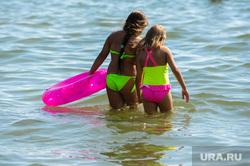 «Путинский» пляж на озере Смолино. Челябинск, купающиеся, купальники, лето, жара, отдых на воде, летний отдых, дети в воде, плавание, купание, надувной круг, безопасность на воде, плавательный круг