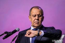 Международный Форум Добровольцев в Москве на ВДНХ. Москва, лавров сергей, портрет, смотрит на часы