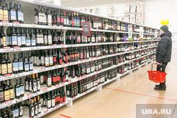 Продукты, овощи и фрукты. Тюмень, торговля, пиво, витрина, алкогольная продукция, прилавок, крепкие напитки, алкоголь, магазин
