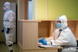 Свердловский областной клинический психоневрологический госпиталь для ветеранов войн, где оказывают помощь пациентам с коронавирусной инфекцией COVID-19. Екатеринбург, госпиталь, медик, защитный костюм, медицина, медицинский работник, врач, больница, covid19, лечащий врач, противочумный костюм, коронавирус, противочумной костюм, красная зона, ковидный госпиталь