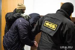 В Басманном суде на оглашении меры пресечения Ишаеву. Москва, фсб, маски-шоу, задержанный, конвоирование осужденного, задержание