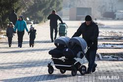 Виды города. Курган, семья, коляска детская, люди, парк, двойняшки, дети