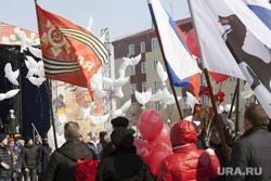 Празднование Дня Победы в ВОВ в Салехарде, день победы, 9 мая, белые голуби, флаги