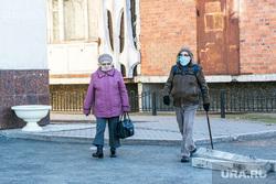 Виды города, ноябрь. Тюмень, люди в масках, пенсионеры