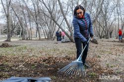 Наталья Котова на городском субботнике. Челябинск, уборка территории, котова наталья, субботник
