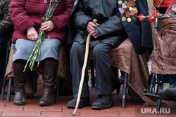 Вручене автомобилей ветеранам УДТК. Екатеринбург, старики, ветеран, пенсионеры, палочка, клюка