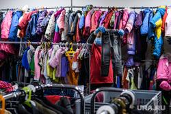Пункт Православной службы Милосердия на улице Юлиуса Фучика. Екатеринбург, детская одежда, секонд хэнд, магазин одежды, развешивает одежду, ношеная одежда