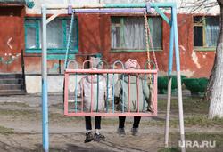 Выселение жильцов из общежития КГСХА. Курган, детская площадка, дети, качели