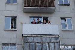 Несанкционированная акция сторонников оппозиционера Алексея Навального. Екатеринбург, люди на балконе