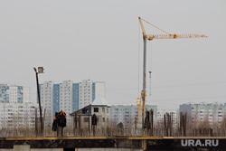 Стройка окружной больницы. Нижневартовск, подъемный кран, арматура, недостроенное здание, фундамент