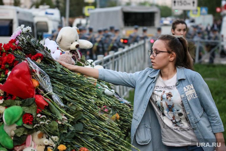 Стихийный мемориал у гимназии №175 в Казани. Казань