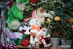 Стихийный мемориал у гимназии №175 в Казани. Казань, траур, мемориал, гимназия 175