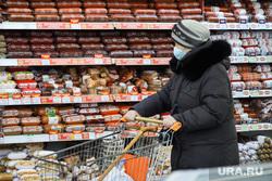 Торговый центр. Курган, продукты, колбаса, покупатели, цены, супермаркет, мясные продукты, колбасы, продуктовая корзина, мясные изделия, магазин, тележка с продуктами, покупки, покупатель, цены на продукты, продукты питания, прилавок с колбасами