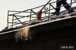 Чистка крыши УрГПУ на Карла Либкнехта. Екатеринбург, уборка снега, зима, снег на крыше, чистка крыши дома