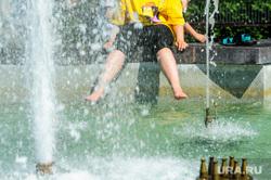 Жара, лето, май. Челябинск, девушка, жара, брызги, ноги, лето, купание в фонтане, фонтан, май