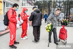 Тридцать второй день вынужденных выходных из-за ситуации с CoVID-19. Екатеринбург, волонтеры, раздача масок, широкореченское кладбище