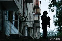 Дом по улице Бородина, 31, где неизвестный открыл стрельбу по машинам и прохожим. Екатеринбург, стрельба, полиция, полицейский