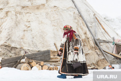 День оленевода в селе Аксарка, ЯНАО, зима, арктика, малица, женщина в национальном костюме, холод, кмнс