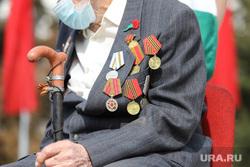 9 мая. Курган, ветеран, трость в руке, ветеран вов, ордена и медали