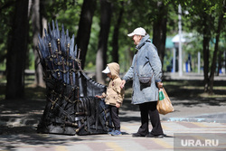Арт объект в ЦПКиО . Курган , трон, арт объект, трон из игры престола