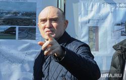 Обход Борисом Дубровским мест строительства конгресс-холла к саммитам ШОС и БРИКС на набережной реки Миасс возле цирка. Челябинск, указательный палец, дубровский борис