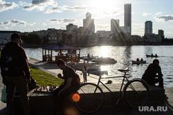 Виды Екатеринбурга, набережная исети, солнце, лодки, причал, катера, лето, досуг, катание на лодке, город екатеринбург, отдых горожан, шахматы, солнце, велосипедисты