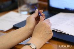 Заседание областной думы. Курган, женские руки, шариковая ручка, руки женские