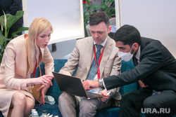 ПМЭФ-2021, третий день.  Санкт-Петербург, ноутбук, предприниматель, бизнесмен, сделка, бизнес, дело, работа за компьютером