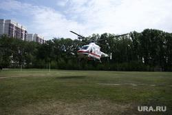 Вертолёт Центра медицины катастроф с пострадавшим в ДТП в городе Лесном, приземлившийся на поле стадиона «Локомотив-Изумруд». Екатеринбург