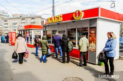Обстановка на улицах города во время эпидемии коронавируса и режима самоизоляции. Челябинск, киоск, очередь , хлеб, продукты питания, социальная дистанция