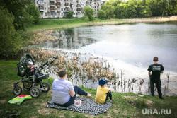Виды Тюмени. Тюмень , семья, пруд, отдых, водоем, весна, май