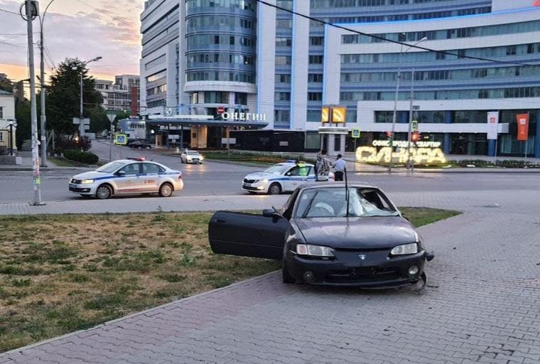 Водитель наехал на пешеходов на перекрестке улиц Розы Люксембург и Куйбышева