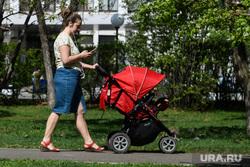 Сорок шестой день вынужденных выходных из-за ситуации с распространением коронавирусной инфекции CoVID-19. Екатеринбург, семья, дети, мама с коляской, прогулка с коляской