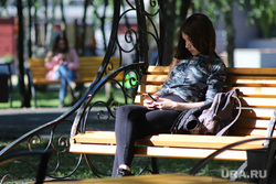 Нарушение режима самоизоляции жителями города. Курган, телефон, парк, лавочка, отдых, студенты, девушка, лето в городе, скамья