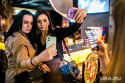 Концерт Клавы Коки. Тюмень, девушки, селфи, телефон в руках, смартфон в руке
