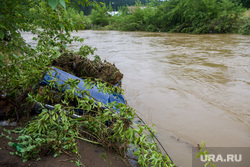 Последствия паводка в городе Нижние Серги. Свердловская область, паводок, наводнение, потоп, река, жигули, машина, затопленная машина