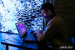Ярмарка современного искусства Артчоус. Тюмень, ноутбук, работа, человек в маске, инсталляция, люди в масках, работа на компьютере