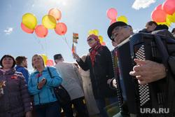 Первомайская демонстрация. Пермь, шарики, веселье, первомай, баянист, праздник