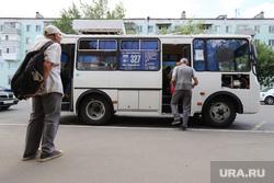 С 15 июня на территории Курганской области вводится обязательный масочный режим. Виды города. Курган, пенсионер, автобус, мужчины, пассажиры, лето в городе, автобусная остановки