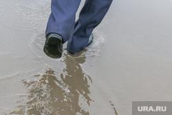 Грязь на дорогах Кургана., грязь в городе, лужи на дорогах, ноги в воде