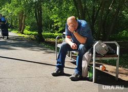 Разное. Курган, горе, печаль, парк, лето, мужчина на скамейке